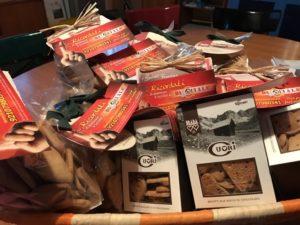 Biscotti di tre qualità: pasta frolla, gocce di cioccolato e mandorle